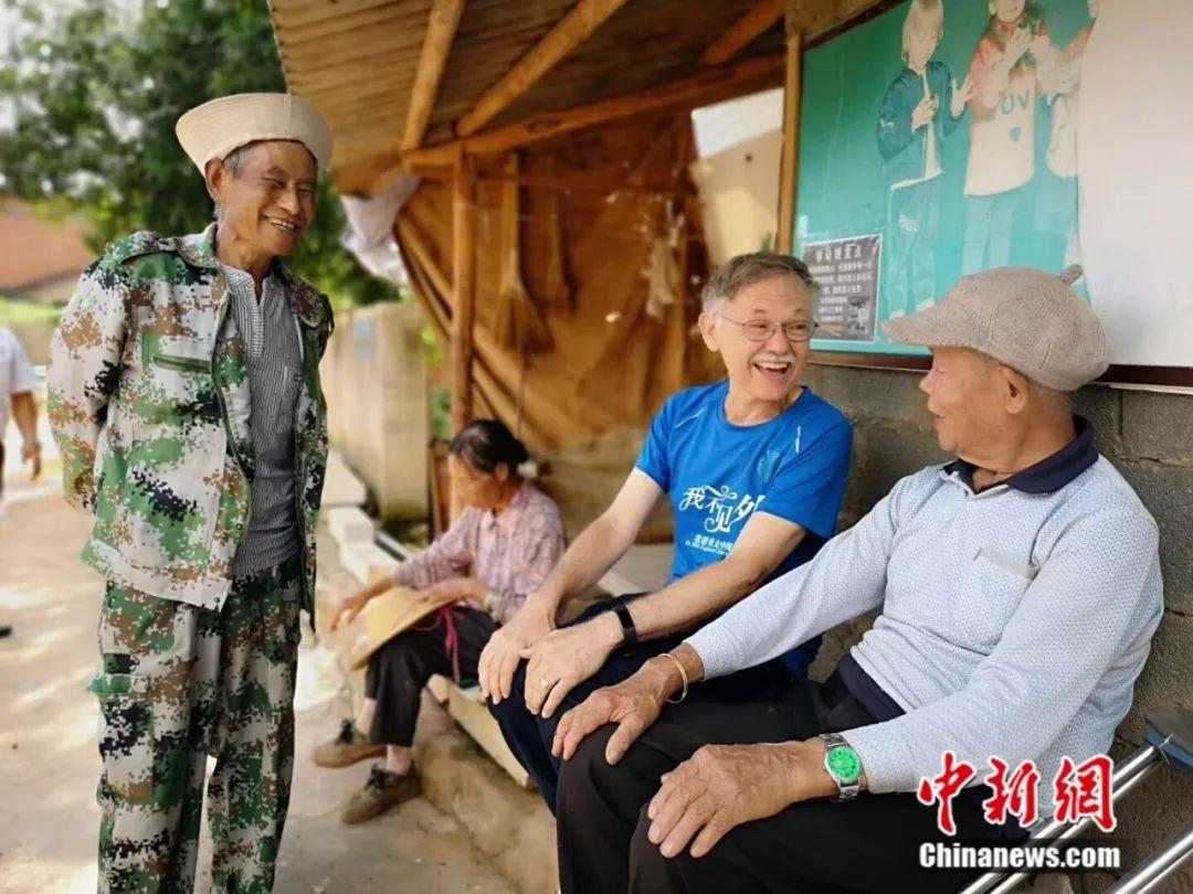 图为潘维廉在云南省石林彝族自治县与村民交谈(中)。朱庆福 摄