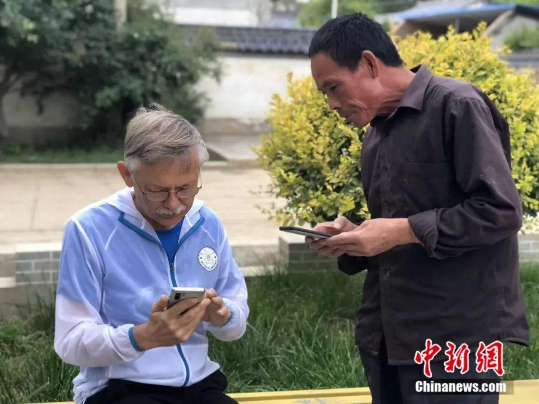 潘维廉与中国村民微信加好友。朱庆福摄