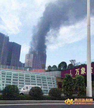 泸州一在建金融中心起火 疑因电焊引燃建筑垃圾